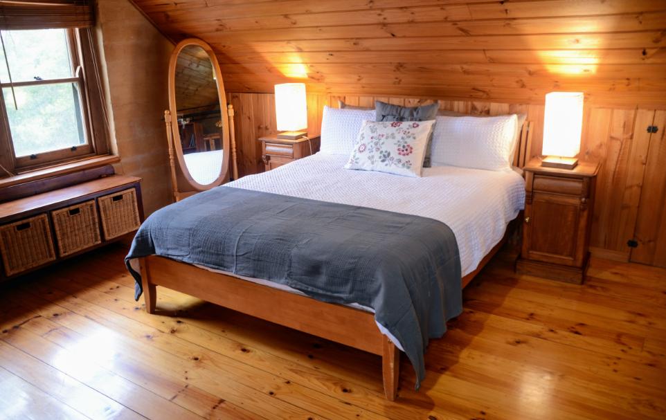 Bracken Cottage upstairs queen bed